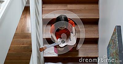 女孩藏品吉他,当坐楼梯4k时 股票视频