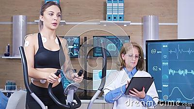 女性科学家在体育研究中测试女性运动员耐力 股票录像