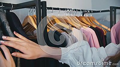 女性购物女顾客选择衣服 股票视频