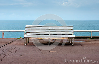 好-俯视海的空的长凳