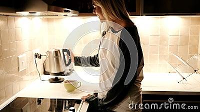 妇女准备和食用咖啡在厨房4k里 股票录像