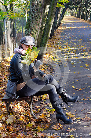 妇女在秋天公园