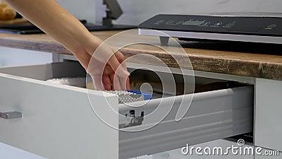 妇女手白色厨房碗柜的开头抽屉 股票视频