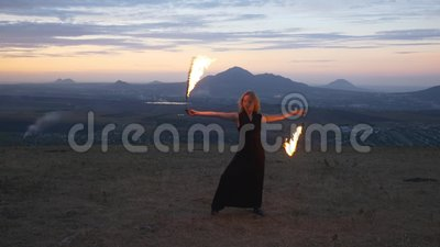 妇女旋转的灼烧的火炬 影视素材