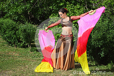 妇女跳舞与面纱风扇