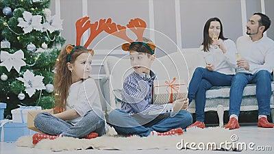 姐妹和兄弟的4k视频相互偷拿礼物,看起来充满敌意,皱眉 影视素材