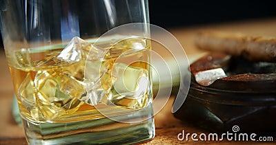 威士忌酒和烟灰缸在桌4k上 股票视频