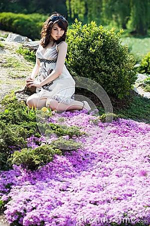 小幼女嫩_嫩女孩在庭院里