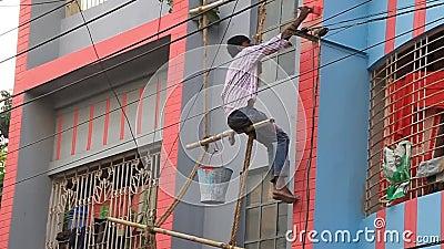 孟加拉国拉杰沙希市一栋建筑的危险竹脚手架上的工人 股票视频