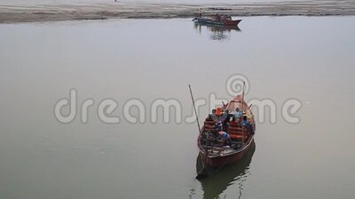 孟加拉国拉杰沙希帕德马河上的小船 股票录像