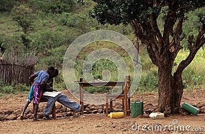 学习的十几岁的男孩户外,莫桑比克 编辑类图片