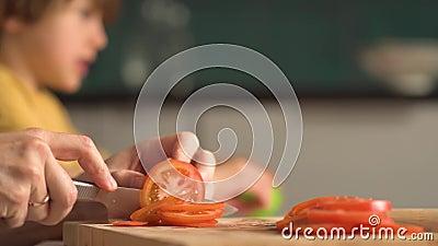 孩子们做披萨 和父亲玩得开心的男孩女孩 比萨饼的配料 股票录像