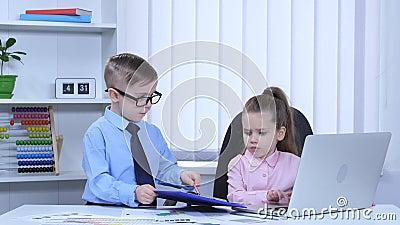 孩子在蓝色文件夹的膝上型计算机和看法图表打印 股票视频