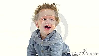 孩子坐地板,并且啼声,他是在哀痛 奶油被装载的饼干 慢的行动 股票录像