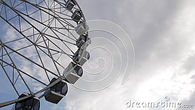 客舱转动在多云天空背景的弗累斯大转轮 股票录像