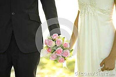 室外新娘的新郎