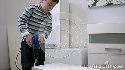 家具,在户内汇编新的碗柜期间的电子螺丝刀大师的生产 股票视频