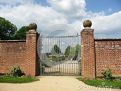 对被围住的庭院的门