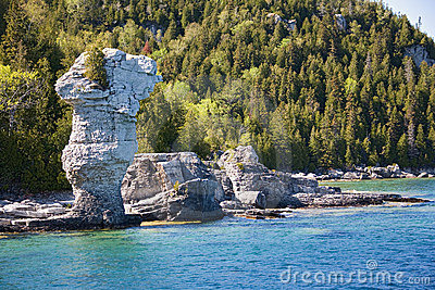 对tobermory视图的小船接近的岩石