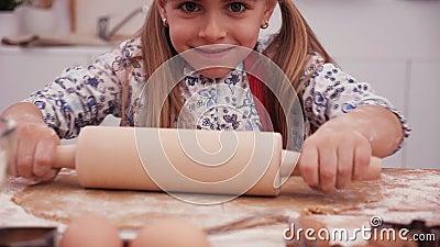 小女孩想用滚针拉面团,特写 股票视频