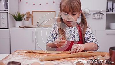 小女孩用手搓饼干 股票录像