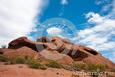 小山漏洞岩石