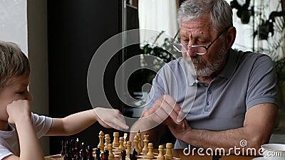 小男孩和祖父下棋,大男孩 股票视频