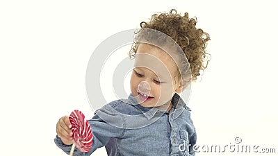 小男孩` s母亲给他一个鲜美糖果 奶油被装载的饼干 慢的行动 股票视频
