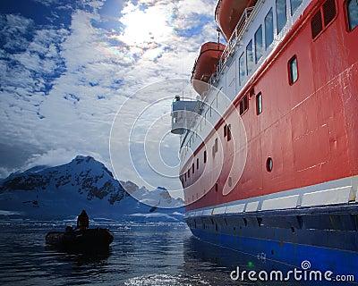 小船在南极洲 编辑类照片