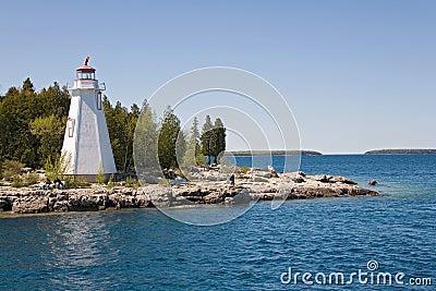 小船对tobermory视图的海岛灯塔