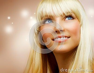 少年白肤金发的女孩的头发