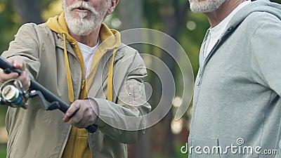 尝试钓鱼竿用新的专业设备,消遣爱好的成人人 股票视频