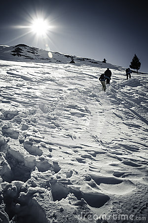 在罗马尼亚山的冬天风景与太阳和人剪影.图片