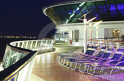 巡航甲板晚上船