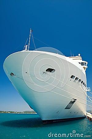 巡航靠码头的船