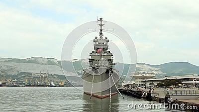 巡洋舰在中央的Novorossiisk停泊了 股票视频