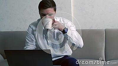 工作从家的年轻商人 股票视频