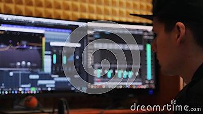 工作在流行音乐命中创作和在家导致歌曲的录音师录音室 混合的委员会和调平器与压缩 影视素材