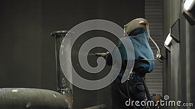 工作者喷砂清理煤气管 股票视频