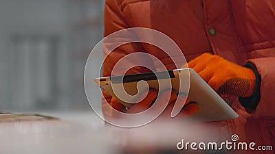 工程师检查在片剂的本文在新的现代产业仓库里面
