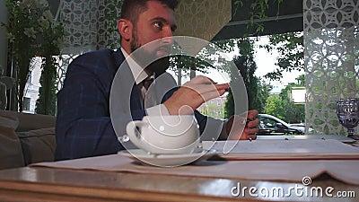 帅气的商人举行重要会议慢动作 股票录像