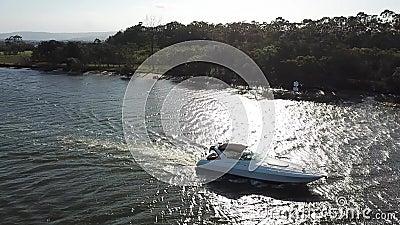 希望通过在Coomera河的海岛小船 影视素材