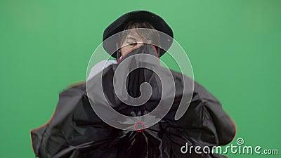 带雨伞的女探险家 股票录像