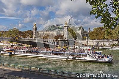 平底船Mouche,巴黎 编辑类库存图片