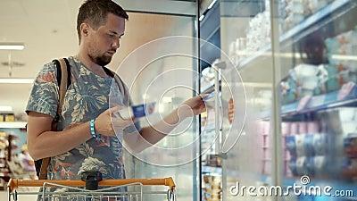 年轻人在商店买酸奶 股票录像