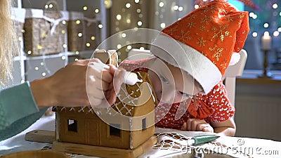 年轻妈妈和逗人喜爱的孩子在一起红色帽子大厦华而不实的屋里 舔釉的女孩  股票视频