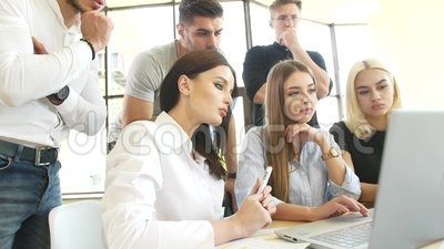 年轻学生通过网络在笔记本电脑上处理收到的信息测试所掌握的技能 股票视频