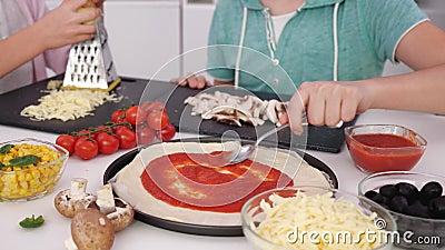 年轻少年手在厨房做披萨 — 特写 股票录像