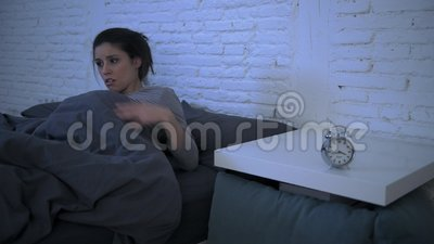 年轻有吸引力的西班牙妇女翻倒侧向摇摄射击在重音和失眠说谎的急切在设法的床上睡觉 影视素材