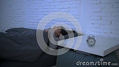 年轻有吸引力的西班牙妇女翻倒侧向摇摄射击在重音和失眠说谎的急切在设法的床上睡觉 股票录像